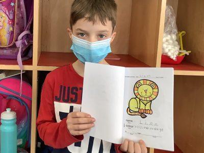 Linus zeigt sein zoo animal book