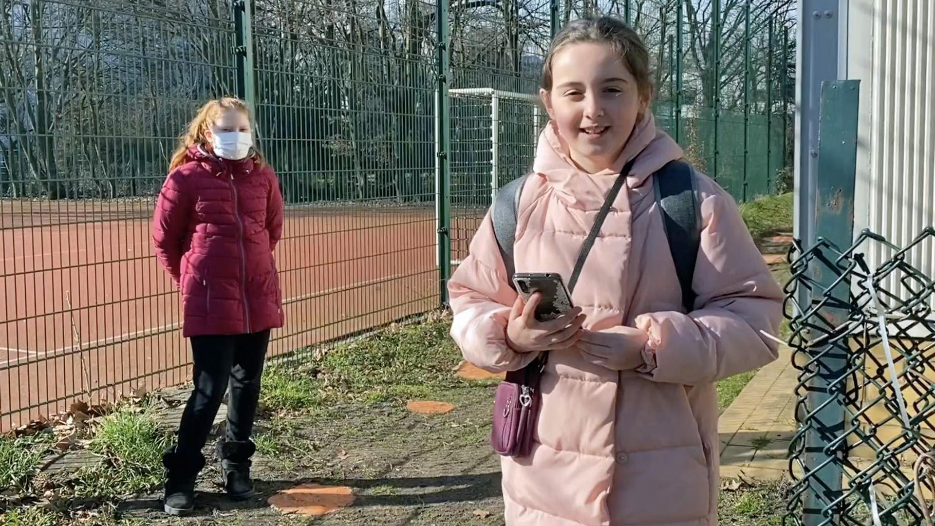 Schulzeitungs-Reporterin Dilara-Josefine befragt Mia aus der 456d zum Raumwandler-Projekt