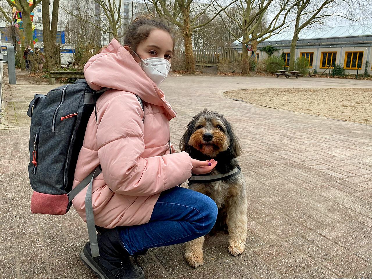 SCHNIPSEL-Redakteurin Dilara-Josefine trifft Schulhund Bruno